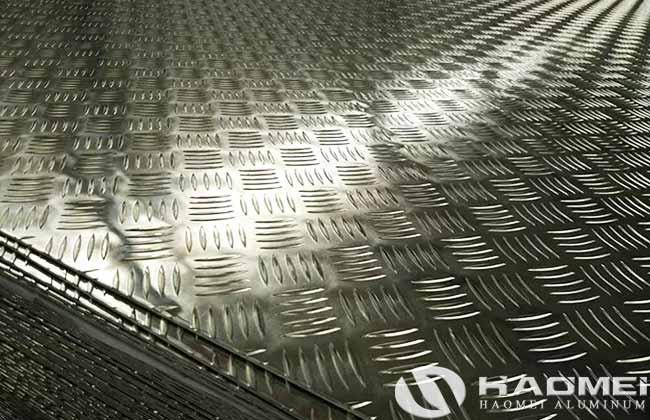 La planchas de aluminio antiderrapante cinco barras zarpa de tigre tiene buena resistencia al deslizamiento, se usa ampliamente en el diseño de plataformas de construcción (piso), barcos, escaleras, centros comerciales, resistencia al deslizamiento de vehículos y otros aspectos. Debido a que el patrón en la superficie de la plancha de aluminio de cinco barras está dispuesto de acuerdo con cinco patrones decorativos cóncavos y convexos de forma relativamente paralela, por lo que la placa de aluminio antiderrapante tiene un excelente rendimiento antideslizante. La plancha de aluminio antiderrapante con cinco barras se usa principalmente en el tráfico, especialmente para vehículos de carretera antideslizantes en días nevados, y es ampliamente aplicable a automóviles, autobuses, trenes bala, etc. Debido a la buena capacidad antideslizante, la lamina de aluminio antiderrapante de 5 barras también se usa ampliamente en la industria de la construcción. En el exterior, la especificación de la placa de antiderrapante de aluminio de 5 barras es diferente, en el interior, la calidad de la placa de aluminio de 5 barras es diferente con los diferentes fabricantes. Para elegir un producto y una fábrica de placa de antiderrapante de aluminio de calidad confiable, debemos dominar los siguientes principios. Primero es ver la superficie de la placa de antiderrapante de aluminio de 5 barras. Aunque el color externo es visible a simple vista, el color y el brillo del producto están estrechamente relacionados con el proceso de producción, el control de calidad, etc. En segundo lugar, para elegir la planchas de aluminio antiderrapante cinco barras zarpa de tigre con un espesor uniforme, debido a limitaciones técnicas y tecnológicas, es difícil para algunas pequeñas fábricas garantizar un espesor de producto uniforme y ordenado, por lo tanto, el espesor también es un factor importante que prueba la calidad de planchas de aluminio antiderrapante cinco barras. El último es el proceso de fun